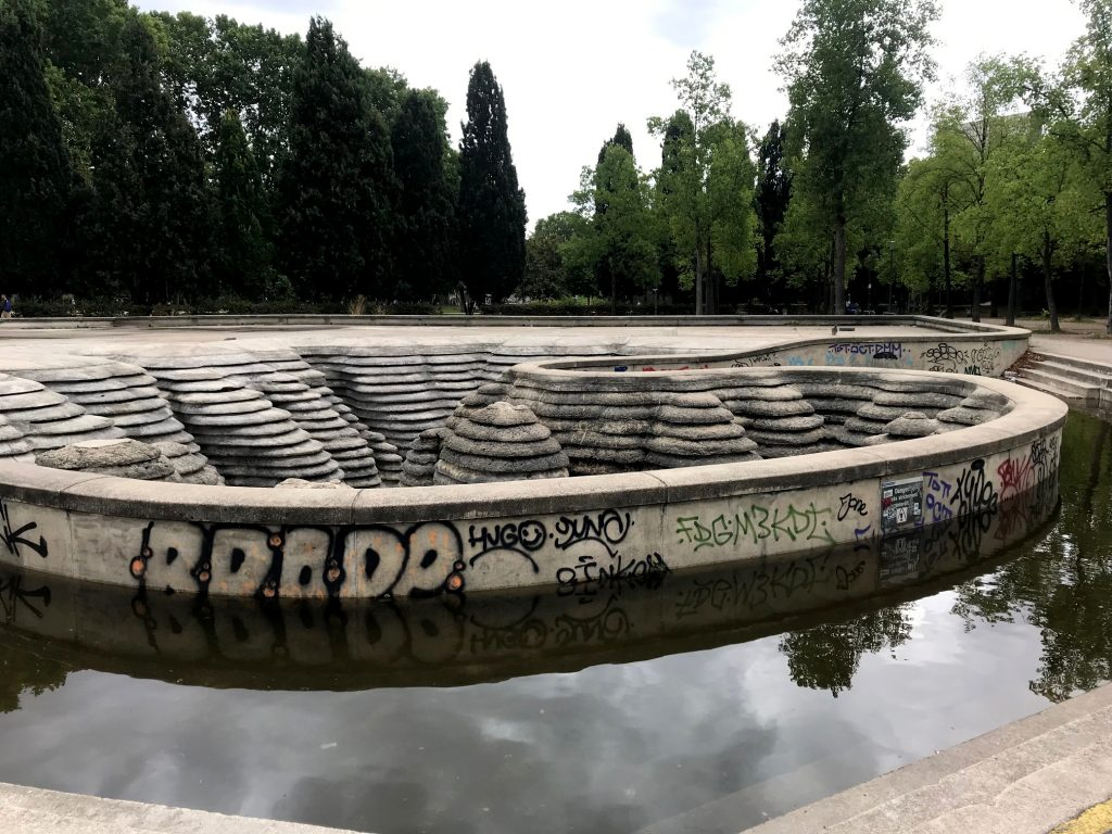 Very ugly fountain in Bercy, covered in graffiti